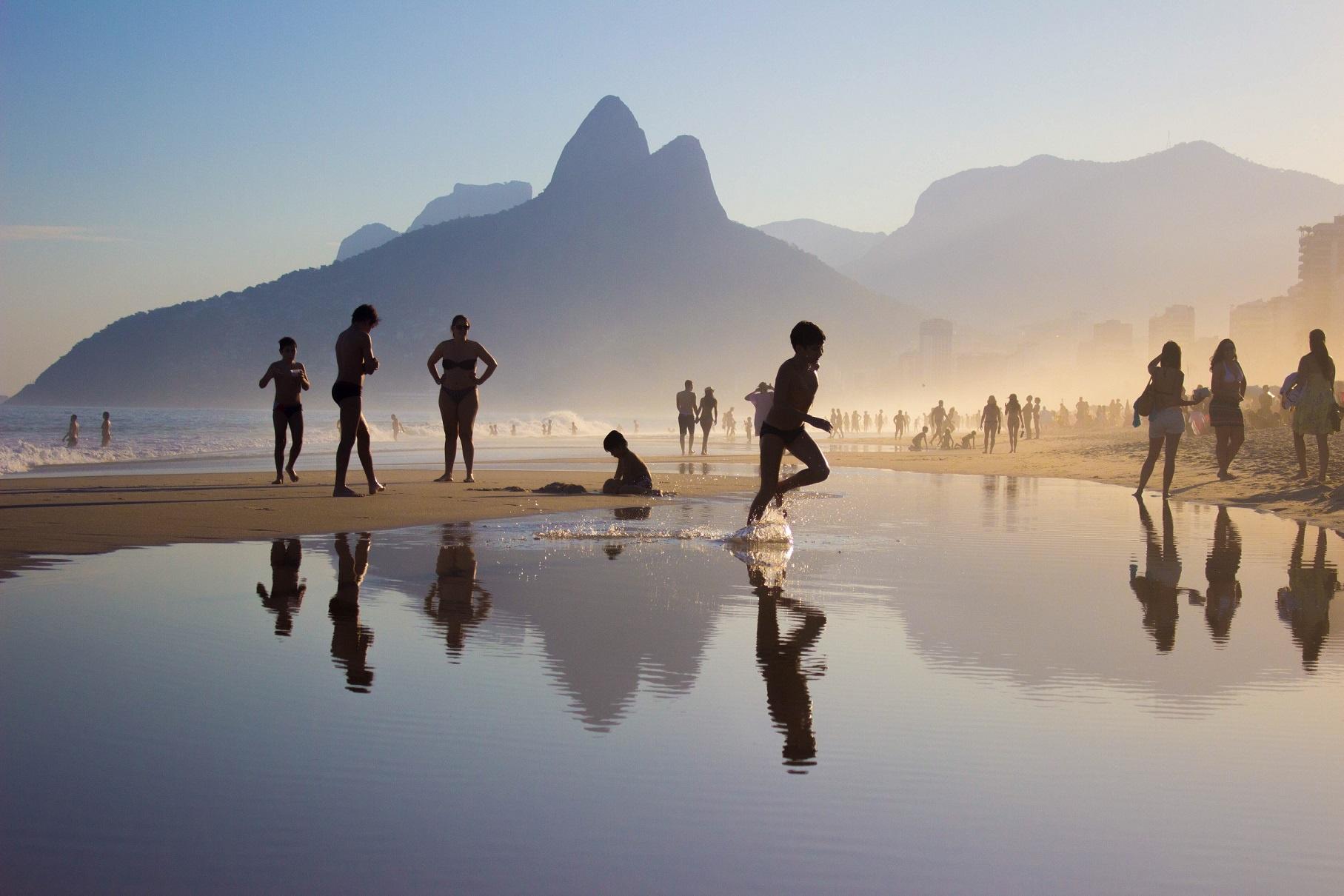 Niños en Río de Janeiro, jugando en la playa de Ipanema